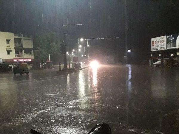 રાત્રે 10.45 વાગ્યે કેટલાક વિસ્તારમાં વીજળી સાથે વરસાદ શરૂ થયો હતો. - Divya Bhaskar