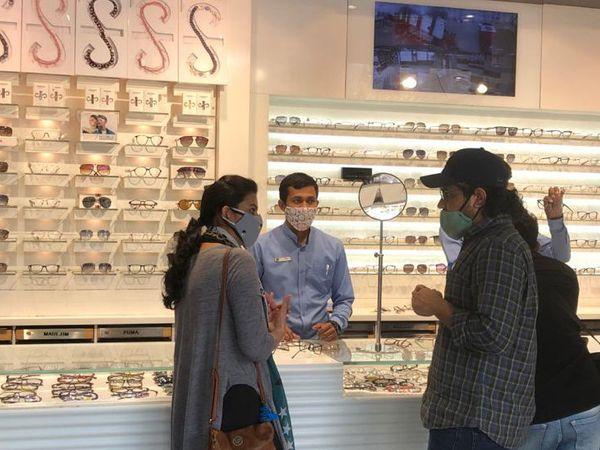 आर कुमार ऑप्टिकल्स से खरीदारी करते ग्राहक।