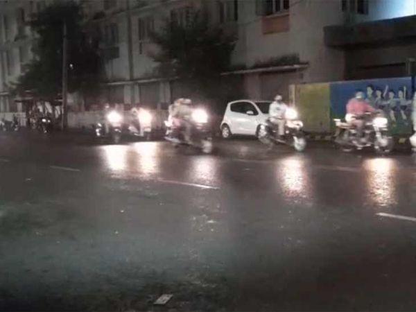 વરાસદને પગલે વાહનચાલકોએ ધીમી ગતિએ વાહન ચલાવવા પડ્યા
