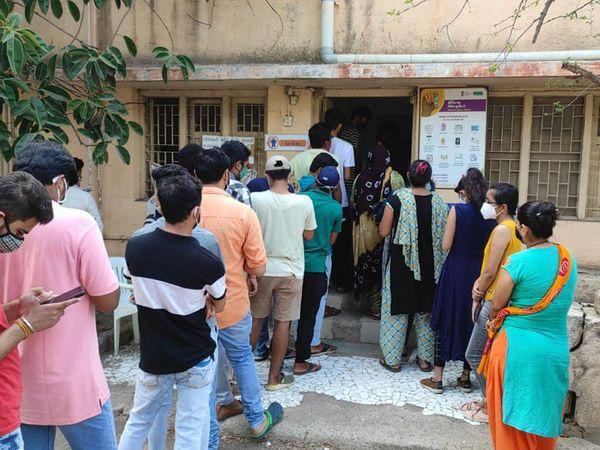કેશોદમાં સિવીલ ખાતે રસીકરણ માટેની લાઇન.  કેશોદ - Divya Bhaskar