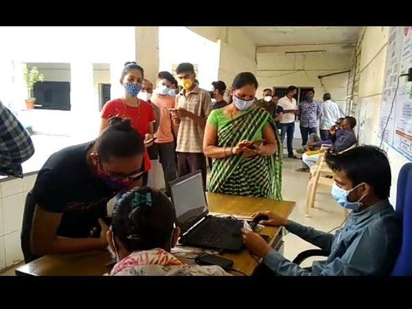 ભેંસાણ આરોગ્ય કચેરી ખાતે યુવાનોને વેક્સિન અપાઇ. ભેંસાણ