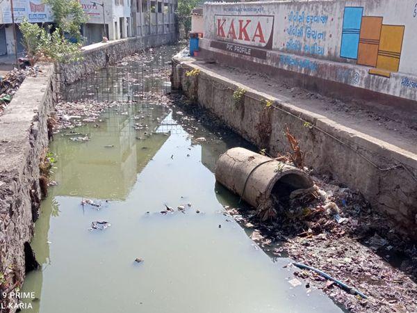મહાનગરપાલિકા દ્વારા પ્રિ-મોન્સુન કામગીરી શરૂ કરાઇ છે ત્યારે શહેરમાં અંબર ચોકડી વિસ્તાર માં આવેલી કેનાલો ગંદકીથી ખદબદી રહી છે. - Divya Bhaskar
