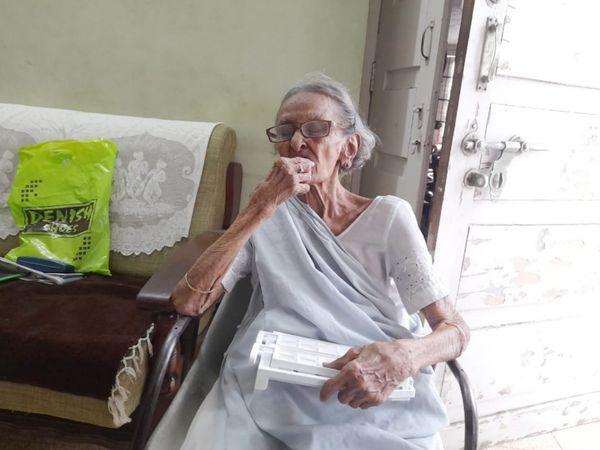 નારણપુરામાં રહેતા 103 વર્ષના સ્વાતંયસેનાની કમળાબેન ભાવસારની તસવીર - Divya Bhaskar