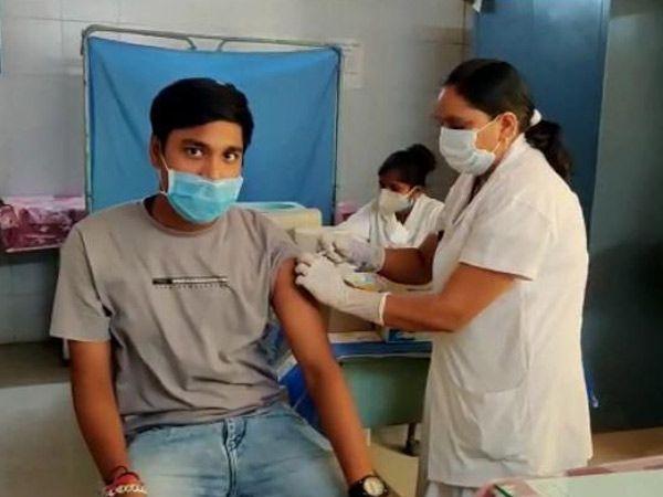 નસવાડી સીએચસીમાં યુવાનોએ રસી લીધી હતી. - Divya Bhaskar