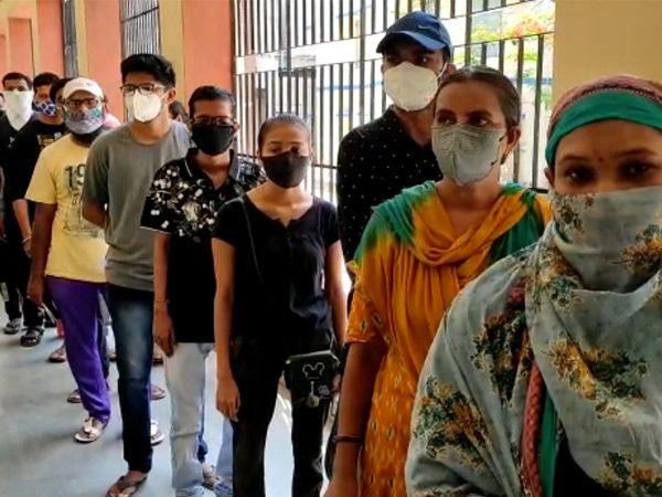 ગોધરામાં રસી મૂકાવા માટે લાઈનો લાગી - Divya Bhaskar