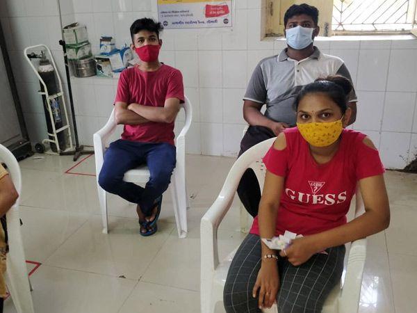 શિનોર તાલુકાના સીમળી પ્રાથમિક આરોગ્ય કેન્દ્ર ખાતે 18થી 44 વર્ષના લોકોને રસી આપવામાં આવી હતી. - Divya Bhaskar
