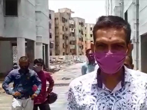 મકાનો તૈયાર કરવાનું કામ ગોકળગાય ગતિએ ચાલતું હોવાથી નારાજ મકાનના લાભાર્થીઓએ પોતાનો આક્રોશ વ્યક્ત કર્યો - Divya Bhaskar