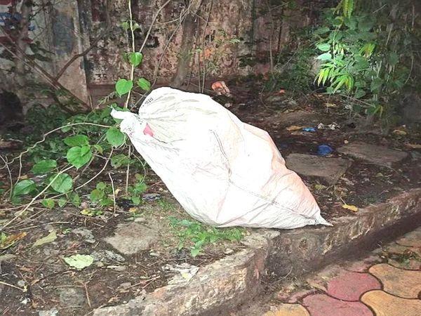 આ બોમ્બ સડક કિનારે એક પ્લાસ્ટિકના કોથળામાં રખાયા હતા - Divya Bhaskar