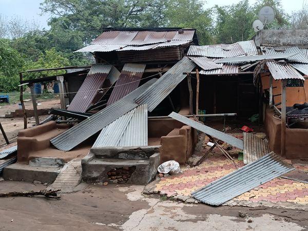ઝાંપા ગામે પતરા ઉડ્યા - Divya Bhaskar