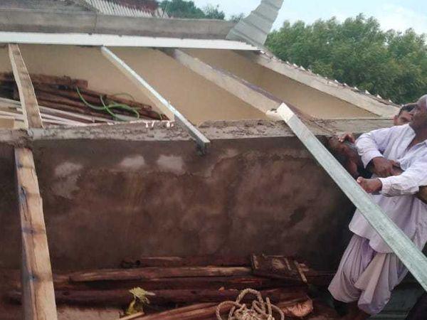 મહેસાણા  પવન સાથેના વરસાદમાં બહુચરાજીના ખાંભેલમાં મકાનના પતરાં ઉડ્યા - Divya Bhaskar
