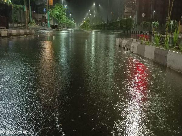 ધોધમાર વરસાદના પગલે શહેરના રોડ પર પાણી ભરાઈ ગયા હતાં. - Divya Bhaskar