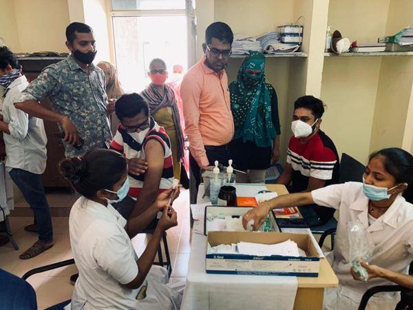 ઓનલાઇન રજિસ્ટ્રેશનમાં અને રસી લેવામાં યુવાનો જબરો ઉત્સાહ બતાવી રહ્યા છે. - Divya Bhaskar