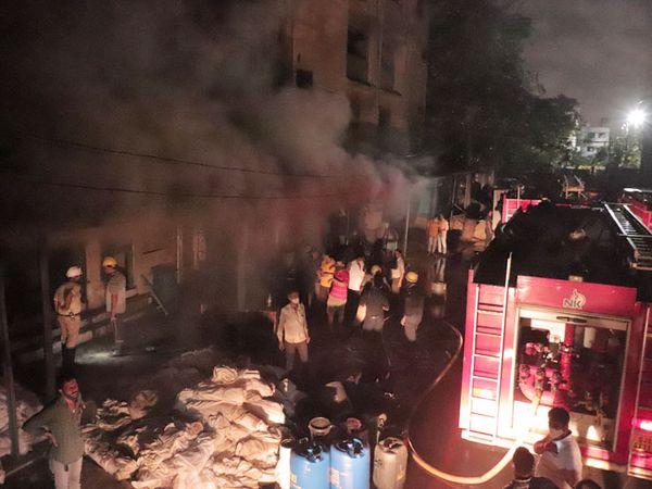 પાંડેસરાની ડાઇંગ મિલમાં આગ લાગતા અફરાતફરી મચી ગઇ હતી. - Divya Bhaskar