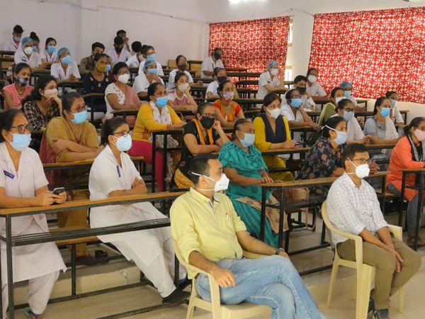 શનિવારે સિવિલ હોસ્પિટલમાં ત્રીજી વેવનો સામનો કરવા માટે નર્સિંગ સ્ટાફને તાલીમ આપવામાં આવી હતી. - Divya Bhaskar