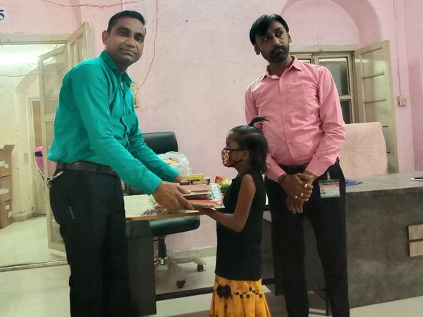 પાલનપુર શિક્ષકે પુત્રના જન્મદિન નિમિતે અનાથ દીકરીને દત્તક લીધી હતી. - Divya Bhaskar