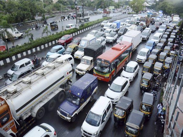 સોમવારે મુંબઈના વેસ્ટર્ન એક્સપ્રેસ વે પર વાહનોનો ભારે ટ્રાફિકજામ થયો હતો. અનલોક ખુલતાની સાથે જ મુંબઈના લગભગ તમામ મોટા માર્ગો પર આવા જ દ્રશ્ય જોવા મળ્યા. - Divya Bhaskar
