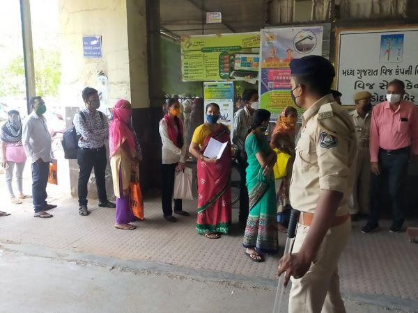 નાગરિક સુવિધા કેન્દ્રો ઉપર પોલીસ બંદોબસ્ત મૂકવામાં રાખવામાં આવ્યો હતો - Divya Bhaskar