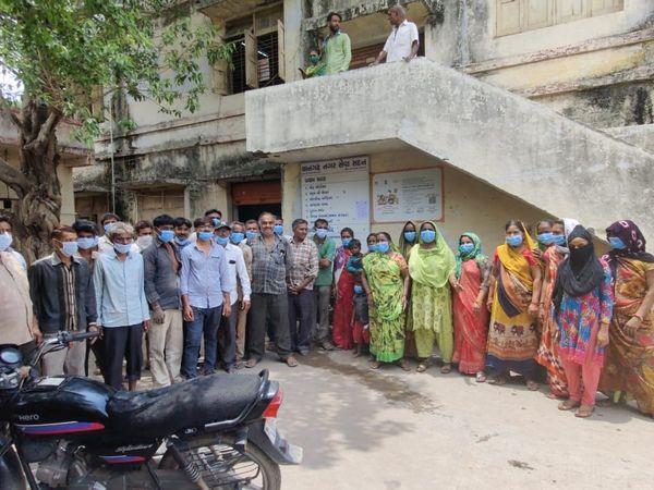 સુરેન્દ્રનગરના થાનગઢમાં ગટરોનું પ્રદુષિત પાણી ઉભરાતાં સ્થાનિકમાં રોષ, પાલિકાની ઓફિસે હલાબોલ કર્યો - Divya Bhaskar