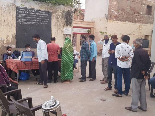 ધ્રાંગધ્રાના વોર્ડ નં-06ના રસીકરણ કાર્યક્રમમાં લોકોનો ઉત્સાહ સાથે રસી લેવા આવ્યા પણ રસી જ ખૂટી ગઇ - Divya Bhaskar