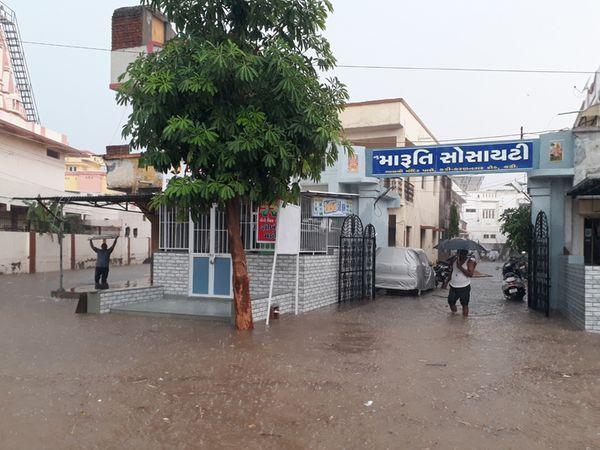 કડીના દેત્રોજ રોડ પરની સોસાયટીઓમાં પાણી ઘૂસી જતાં રહીશોએ ઉચાટભર્યા જીવે રાત વિતાવી - Divya Bhaskar