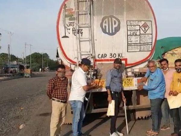 લીંબડી હાઈવે પર એબીએમએન ટીમે વાહનોને રેડિયમ રિફ્લેકટર લગાવ્યાં હતા. - Divya Bhaskar