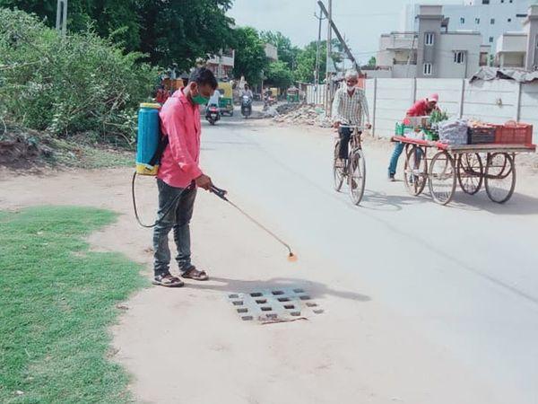 આણંદ શહેરમાં મચ્છરજન્ય બીમારી અટકાવવા તંત્ર દ્વારા ઠેરઠેર દવા છંટકાવ કામગીરી હાથ ધરાઇ હતી. - Divya Bhaskar
