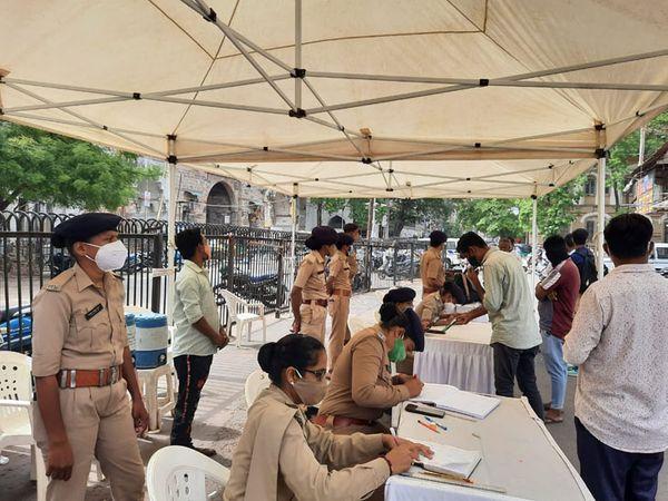 શી ટીમ દ્વારા રસીકરણ માટેે વિસ્તારમાં સ્પોટ રજિસ્ટ્રેશન કરાવાયું હતું. - Divya Bhaskar