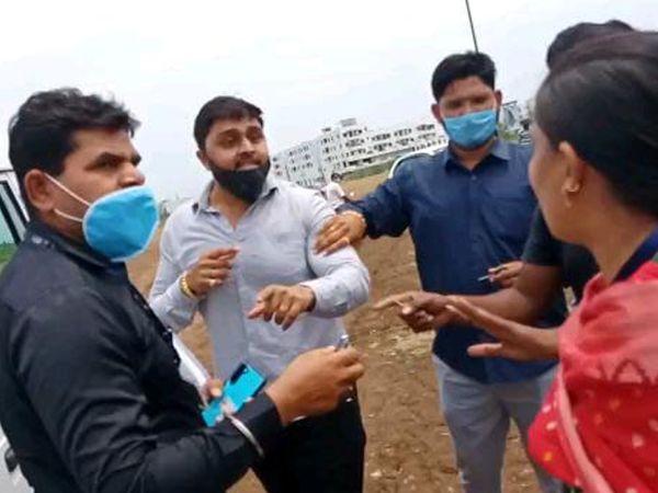 ટ્રક અટકાવવા મુદ્દે નંદુરબારમાં મહિલા તલાટી પર રોષ ઠાલવી રહેલા નગર સેવક. - Divya Bhaskar