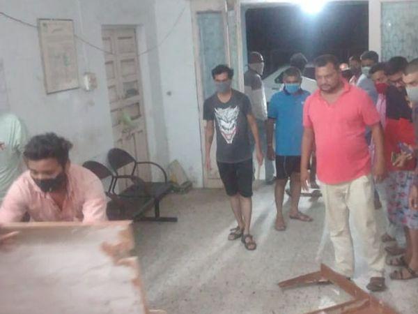 વીજકંપનીની આડોડાઈ અને ઉદ્ધતાઈભર્યા જવાબોને લઈ વીફરેલા ટોળાએ કચેરીમાં આવી તોડફોડ કરી હતી. - Divya Bhaskar