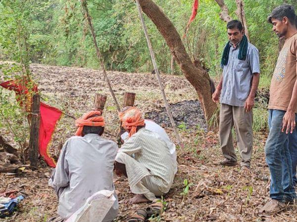 આદિવાસીઓ દ્વારા દેવસ્થાનો પર ખુંટી કાઢી પૂજન કરાયું હતું. - Divya Bhaskar