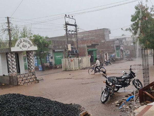 સાવરકુંડલામાં એક ઇંચ વરસાદથી શહેરના રોડ પર પાણી દોડ્યા. - Divya Bhaskar