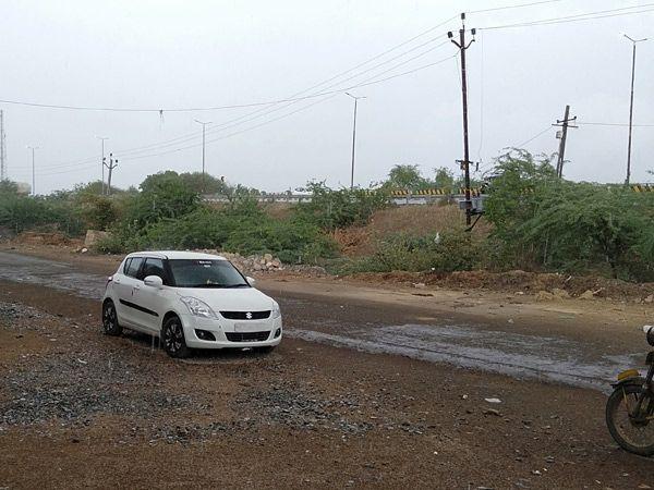 અસહ્ય ઉકળાટ બાદ કેશોદ પંથકના માણેકવાડા ગામે વાતાવરણમાં અચાનક પલટો આવ્યો હતો અને 4 વાગ્યાના અરસામાં વરસાદ શરૂ થયો હતો. - Divya Bhaskar