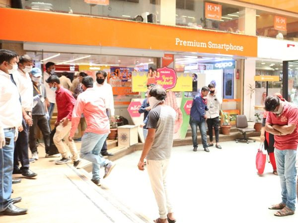 મોબાઈલ, લેપટોપ અને ટેબ્લેટની ખરીદી માટે લોકોની લાઇન લાગી. - Divya Bhaskar