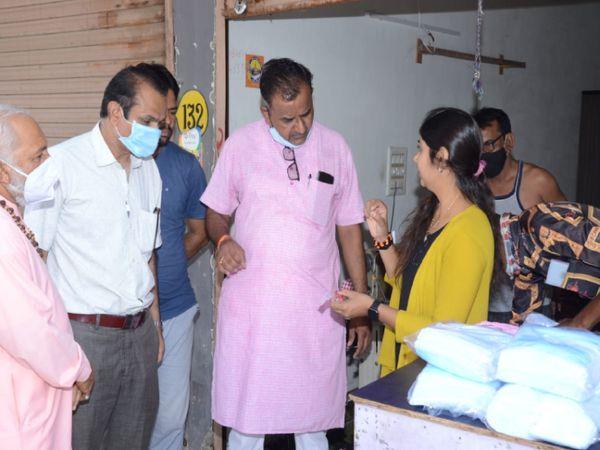 પાટણના શંખેશ્વર મહાતીર્થ રાધે શોપિંગ સેન્ટર ખાતે સેવાભાવી સંસ્થા દ્વારા માનવતાનું કાર્ય કરાયું - Divya Bhaskar
