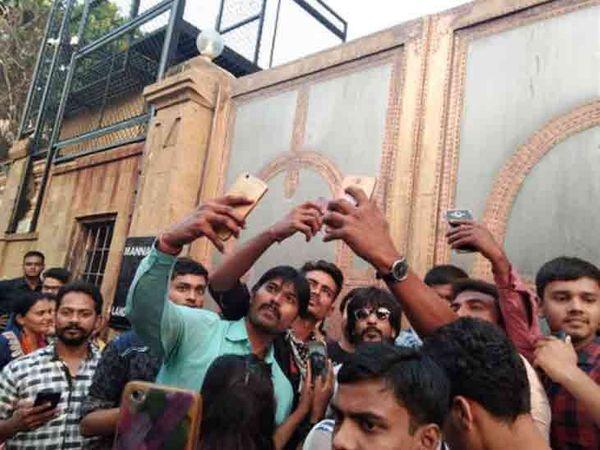 मन्नत के बाहर इब्राहिम कादरी के आसपास भीड़ जमा हो गई है