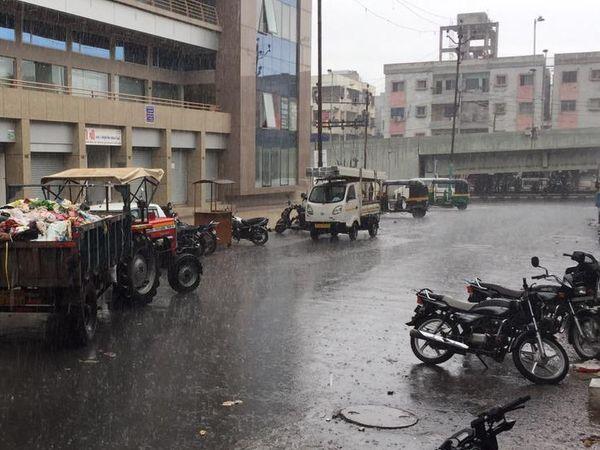 વરસાદી માહોલને કારણે વાતાવરણમાં ઠંડક પ્રસરી.