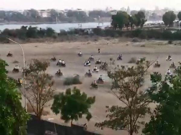 થોડા દિવસ પહેલા ક્રિકેટ ગ્રાઉન્ડમાં પોલીસ પહોંચતા ભાગદોડ મચી ગઈ હતી.