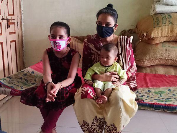 બંને દીકરીઓ માતા રેખા બેન સાથે