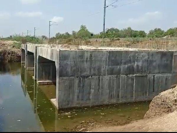 સુરેન્દ્રનગરમાં છ મહિનાથી બંધ પડેલું રેલવે અંડર બ્રીજનું કામ શરૂ કરવા માંગ, આંદોલન કરવાની પણ ચીમકી - Divya Bhaskar