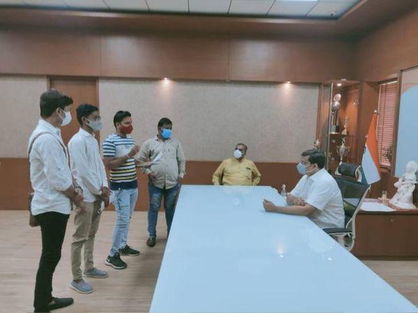ABVPએ યુનિવર્સિટીના કુલપતિ સમક્ષ રજુઆત કરી - Divya Bhaskar