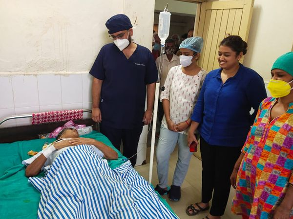 ડભોઇ રેફરલ હોસ્પિટલના તબીબોએ 66 વર્ષીય મહિલાના પેટમાં રહેલી ગાંઠનું સફળ ઓપરેશન કરી બહાર કાઢી હતી. - Divya Bhaskar
