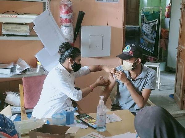 મહીસાગર જિલ્લામાં ઉત્સાહભેર નાગરિકોને કોરોના વિરોધી રસી મુકાવી હતી. - Divya Bhaskar