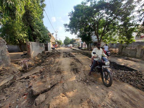 દાહોદ મંડાવાવ રોડની જર્જરિત હાલતથી સ્થાનિકોમાં રોષ ફેલાયો છે. - Divya Bhaskar