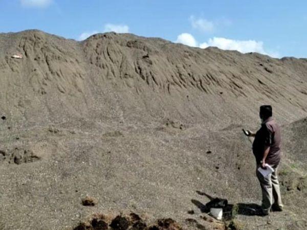 નિઝર વિસ્તારમાં આવેલા 25 જેટલા રેતી ખનિજના સ્ટોકની ભૂસ્તર વિભાગની ટીમે કરી માપણી. - Divya Bhaskar