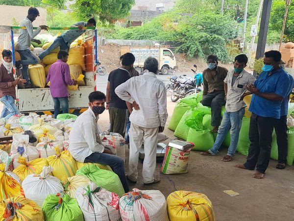 નસવાડીમા તલનો પાક વેચવા ખેડૂતો આવ્યા હતા. - Divya Bhaskar