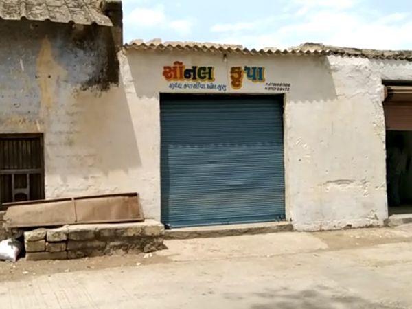 આ દુકાનમાં બેસેલ વેપારી પર હુમલો થયેલ - Divya Bhaskar