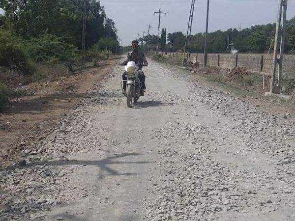 અધુરૂ મૂકી દીધેલ રસ્તાની હાલત - Divya Bhaskar