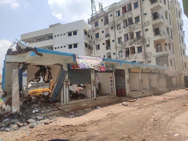 જુહાપુરાનાં કુખ્યાત બકુ ખાન ઉર્ફે બક સૈયદની 7 દુકાનો તેમજ ઘર તોડી પાડ્યા હતા
