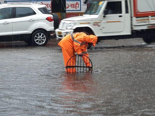 BMC કર્મચારીઓ સવારથી પાણીનો નિકાલ કરવાના પ્રયત્નો કરી રહ્યા છે.