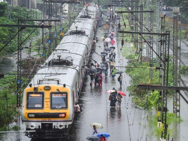 ભારે વરસાદને જોતા મુંબઈમાં લોકલ ટ્રેન સેવાને કુર્લાથી CSMT સ્ટેશન વચ્ચે અટકાવવામાં આવી છે